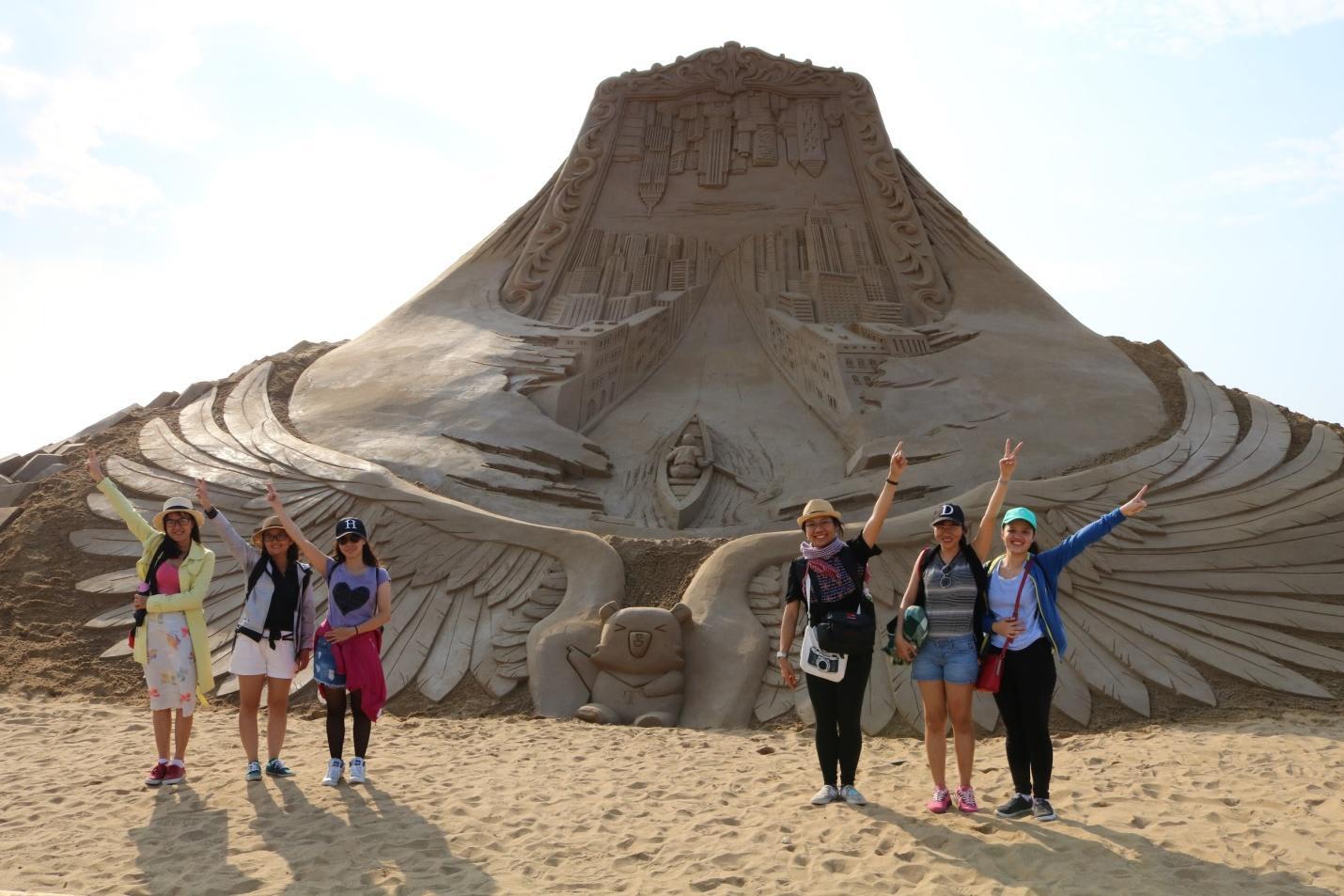 chụp ảnh nhóm với tượng cát