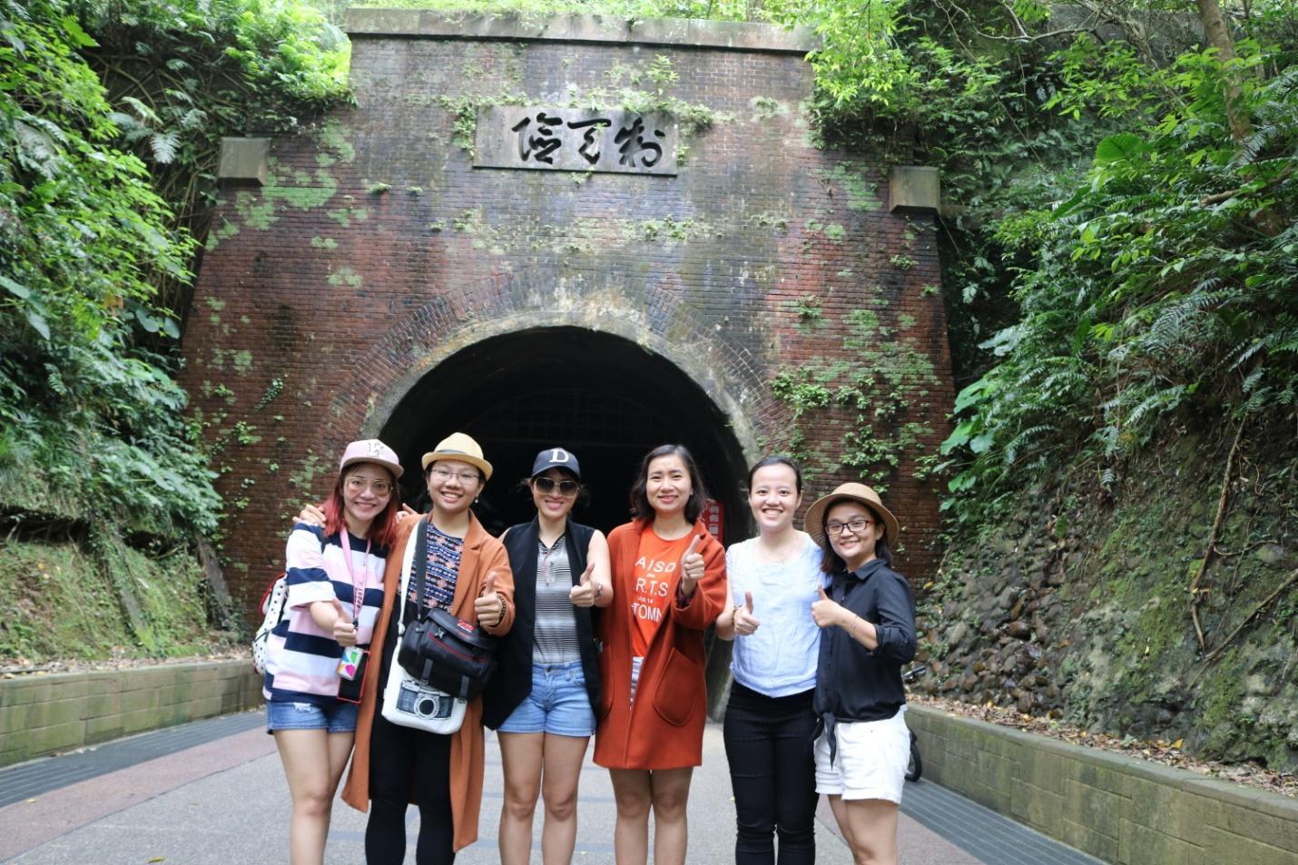 chụp hình trước cổng hầm jiucao ling