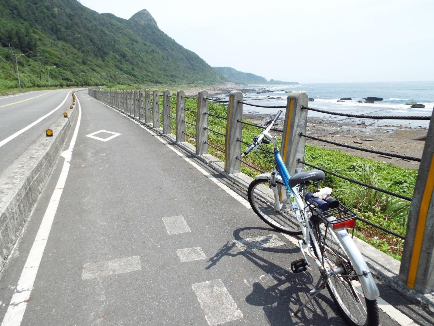 xe đạp dựng trên đường cạnh bờ biển