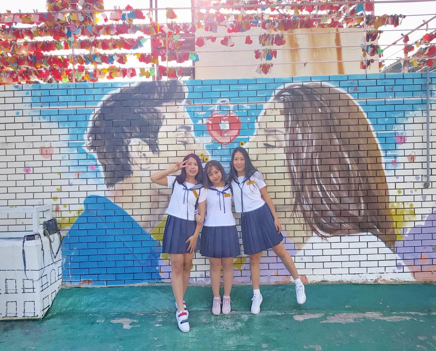 chụp ảnh với bích họa tại gamcheon