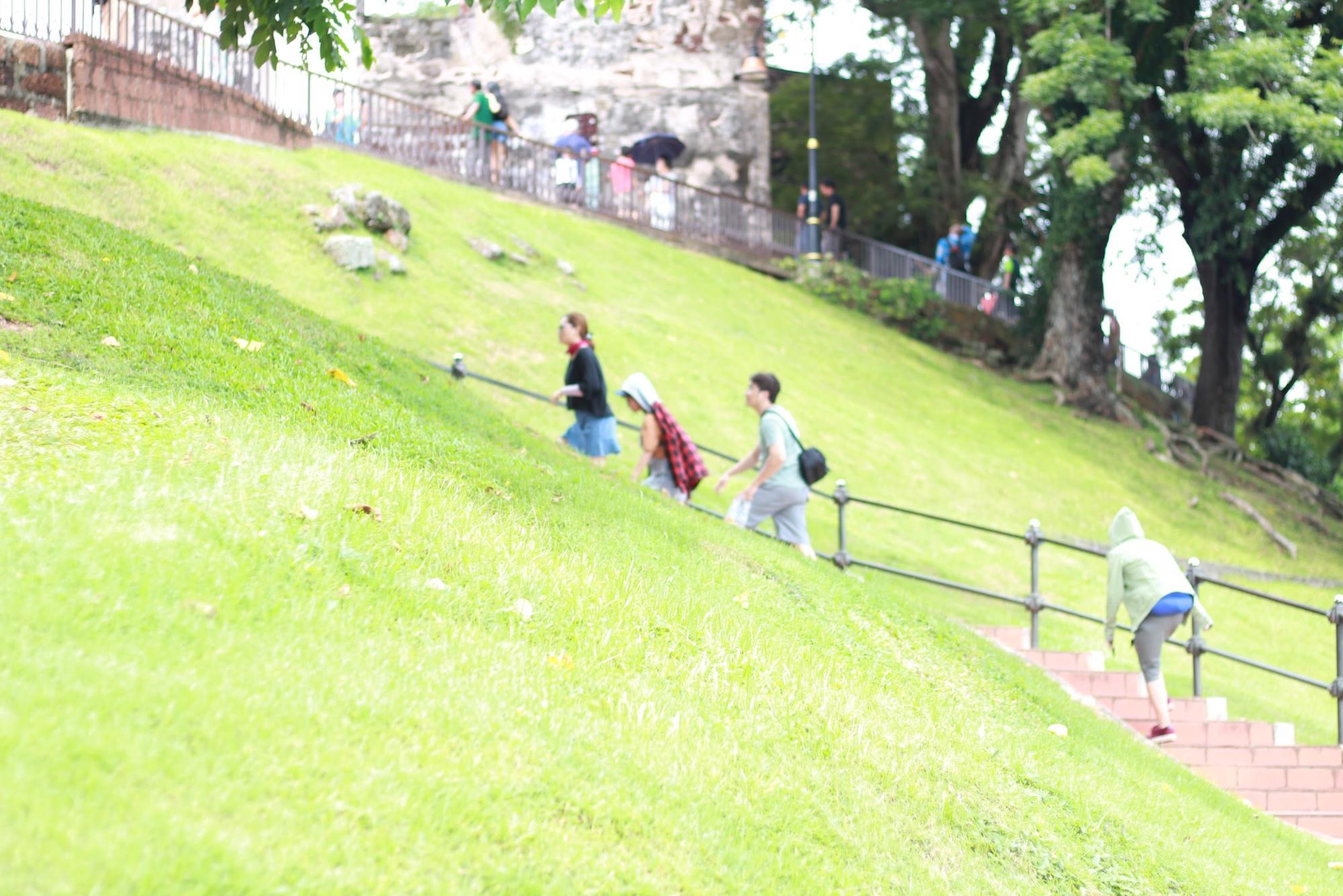 người đi dạo trong công viên tại malacca