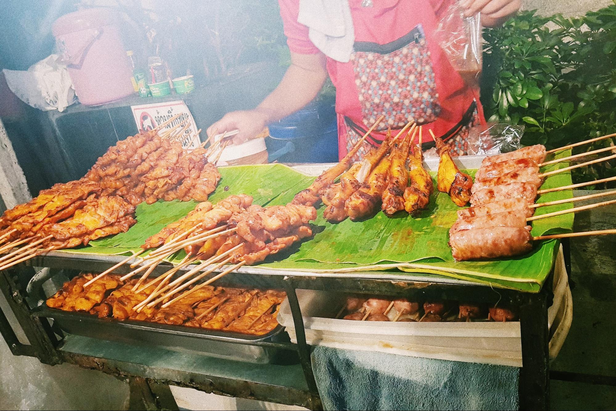 đồ nướng tại chợ đêm talad rot fai