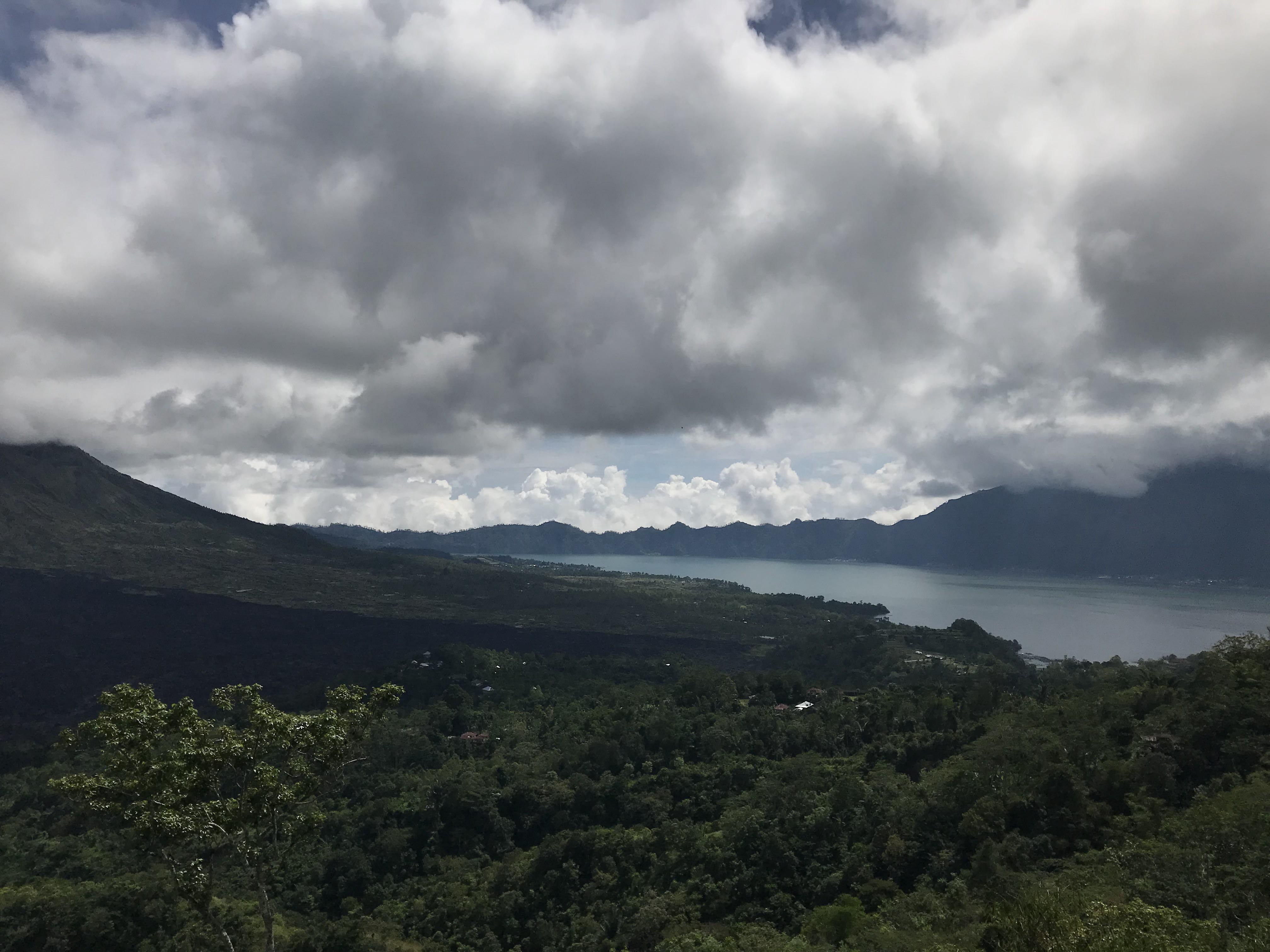 núi lửa kitamini và hồ nước