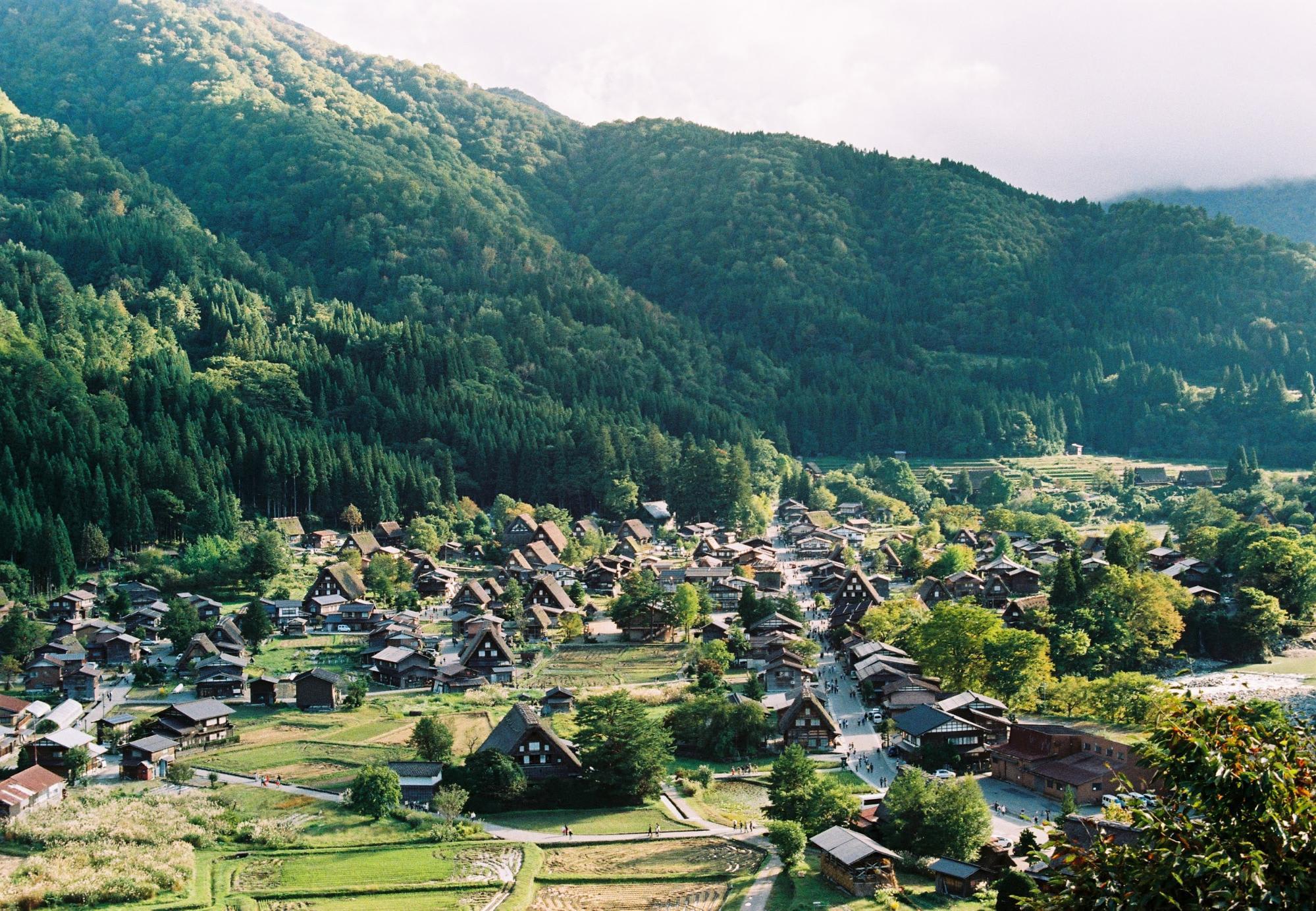 làng shirakawa-go nhìn từ trên cao