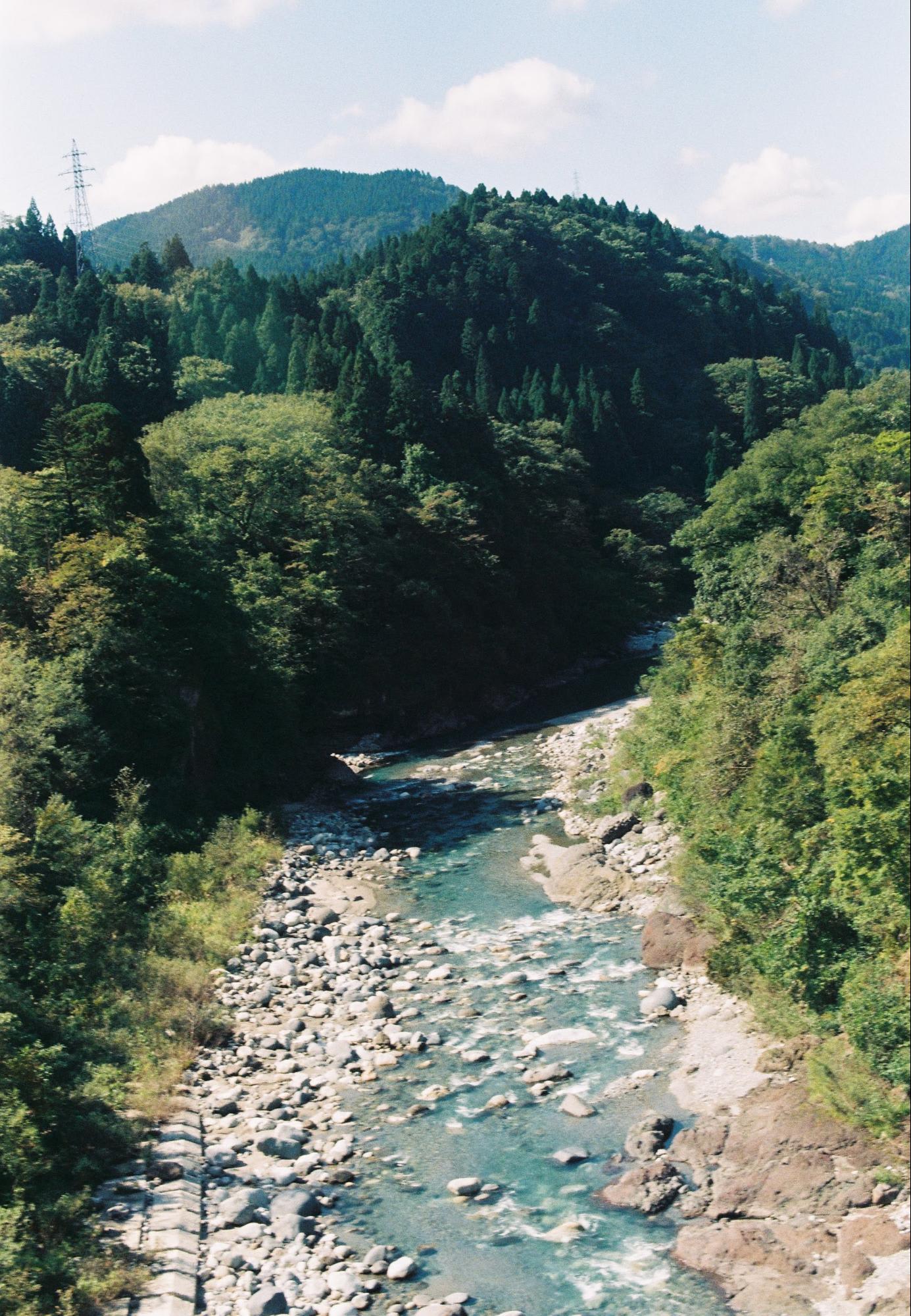 khung cảnh nhìn từ chuyến tàu địa phương đi tateyama