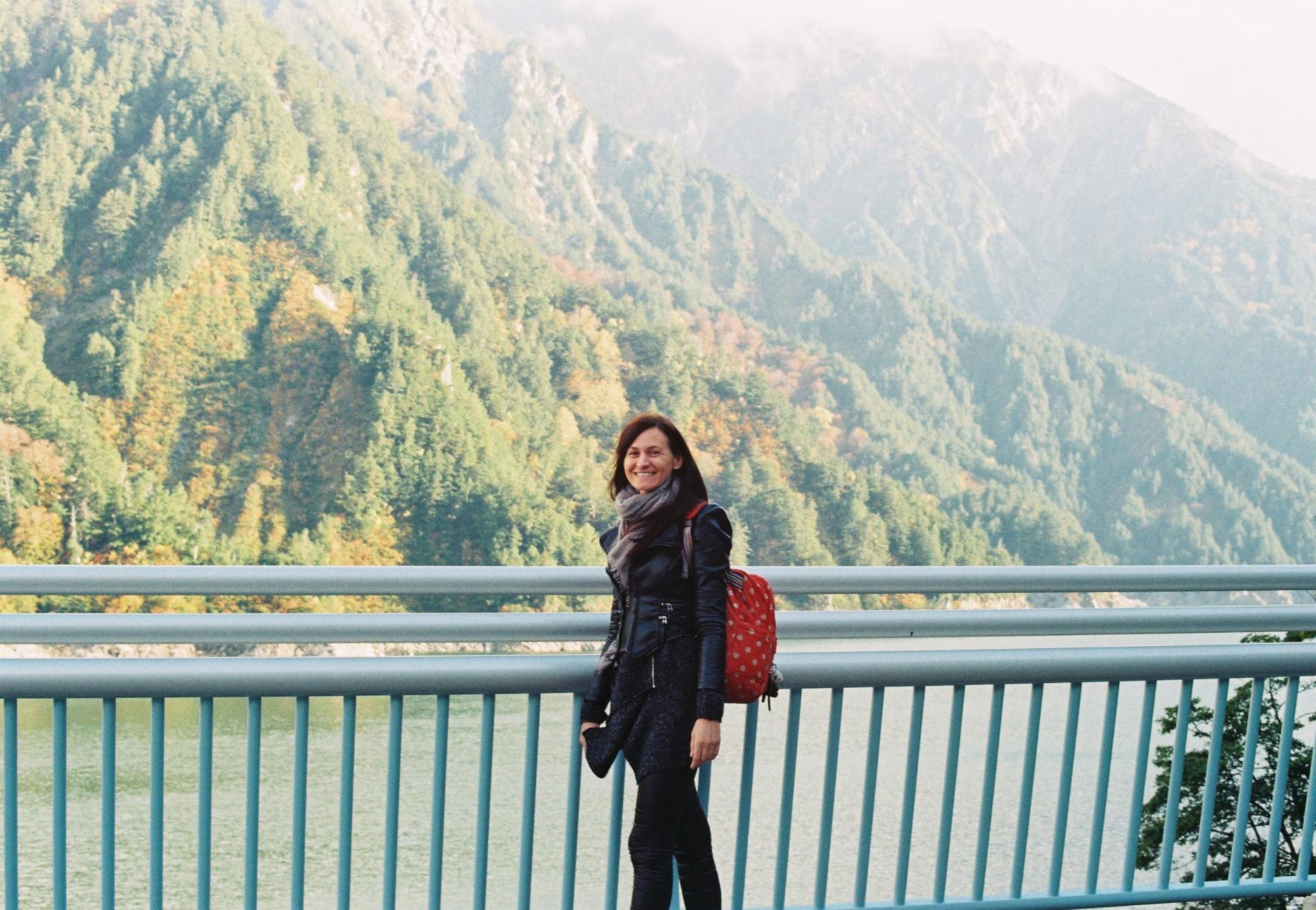 chụp ảnh người bạn romania ở đập kurobe