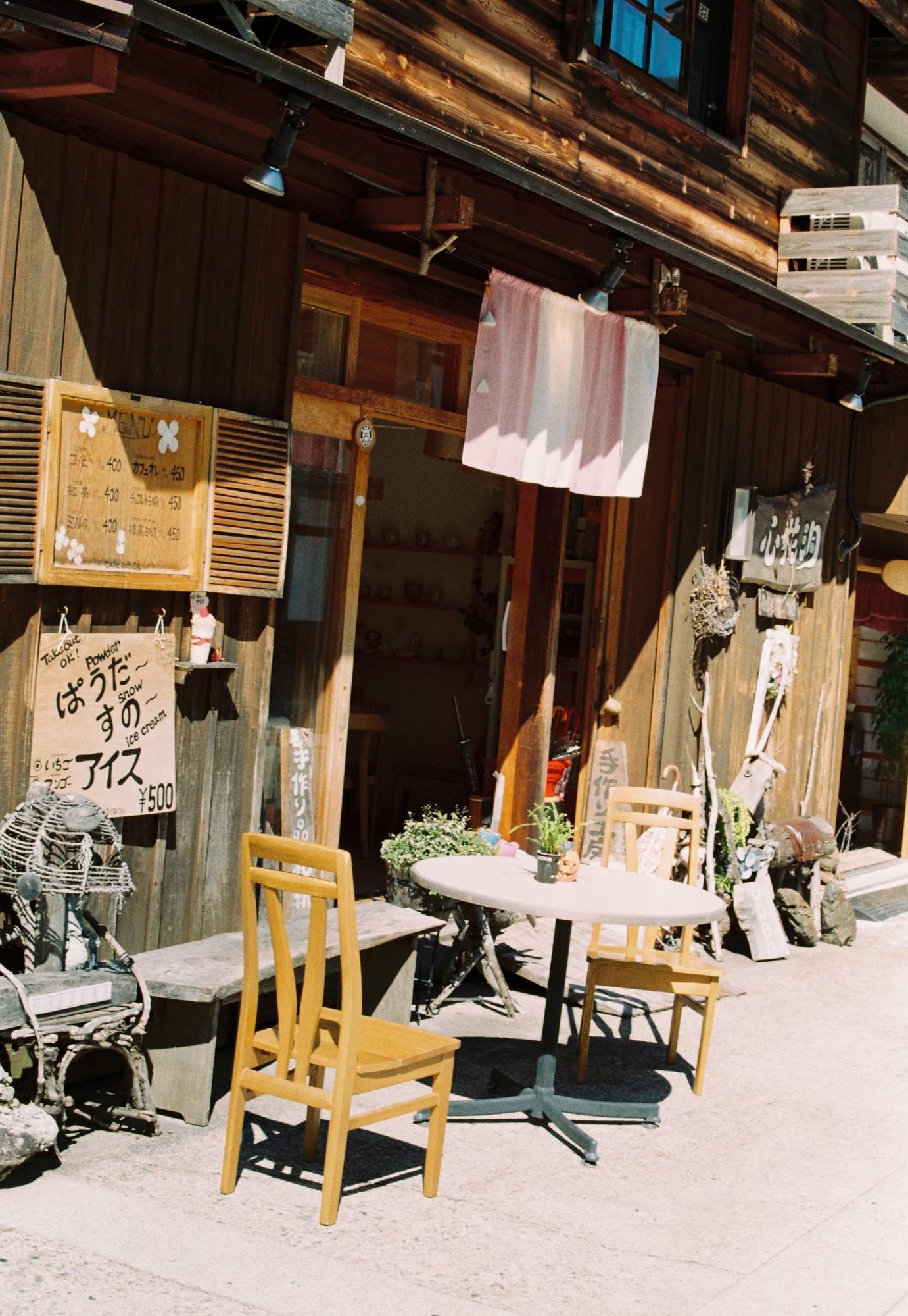 bàn ghế quanh phố tại làng shirakawa-go