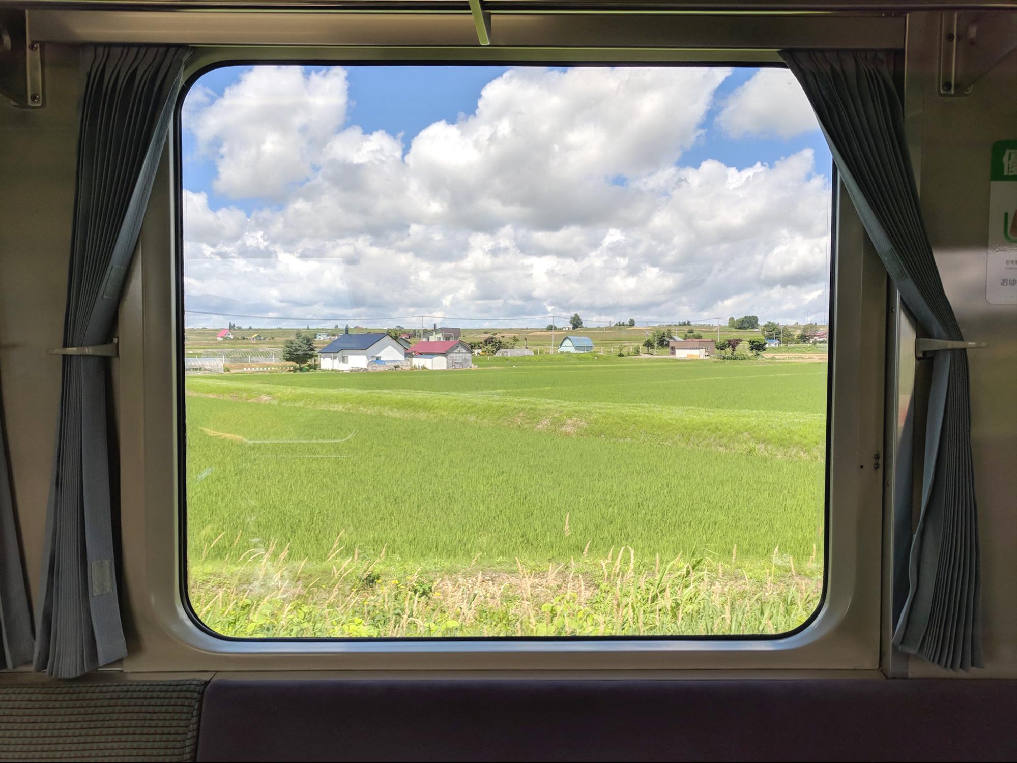hokkaido nhìn qua khung cửa sổ