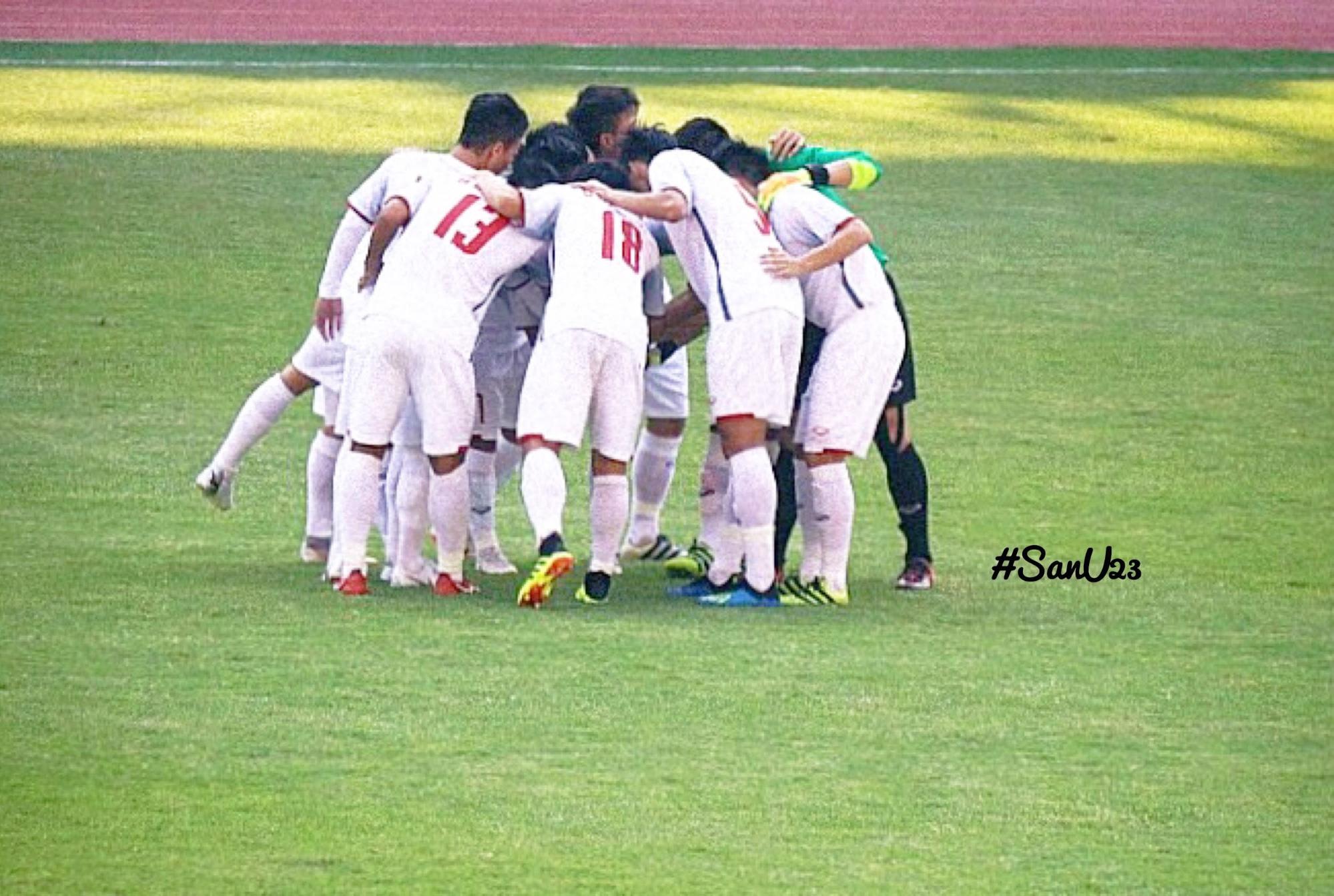 đội tuyển bóng đá việt nam trên sân bóng ở jakarta