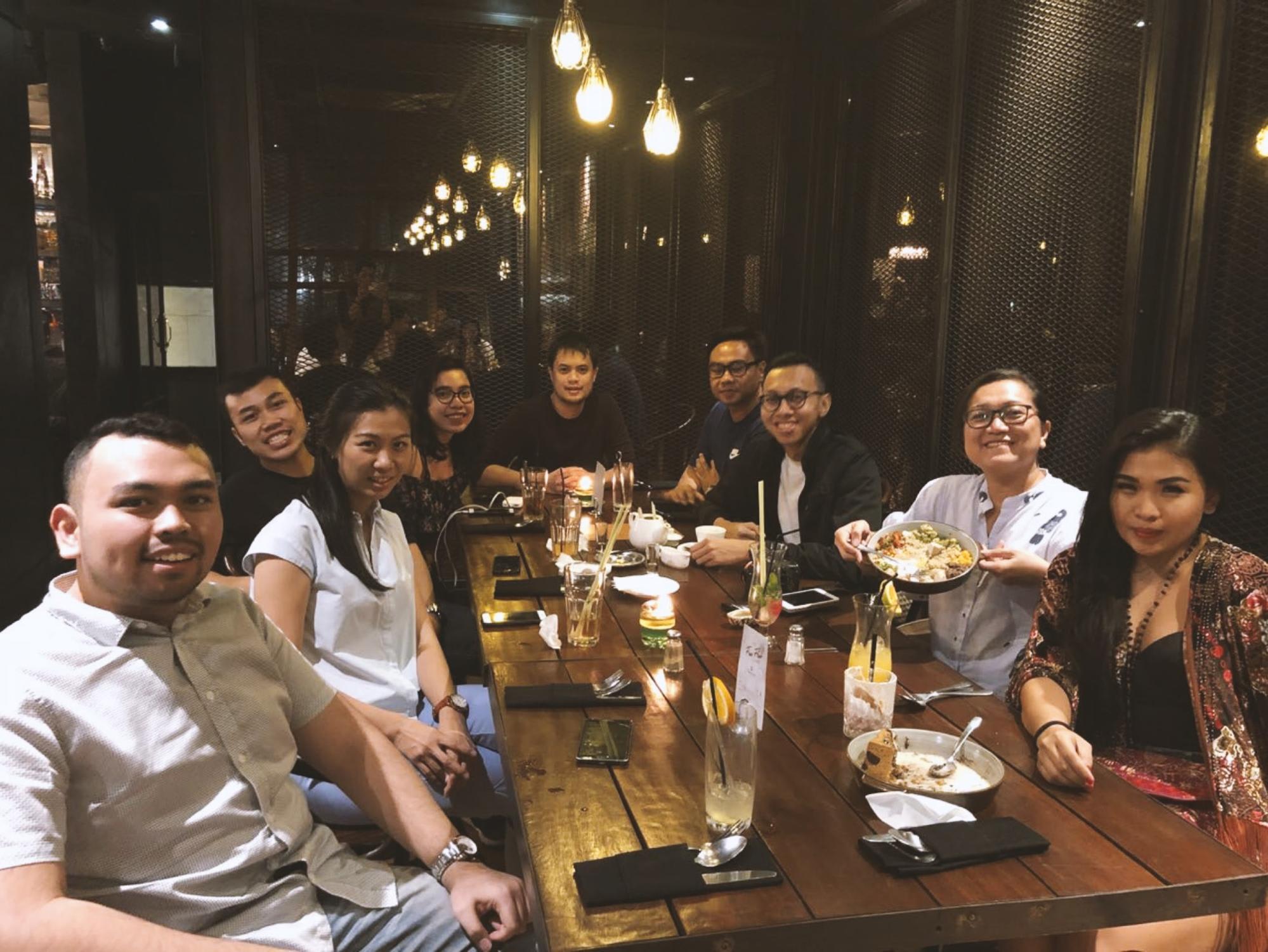 ăn tối cùng bạn bè địa phương ở jakarta
