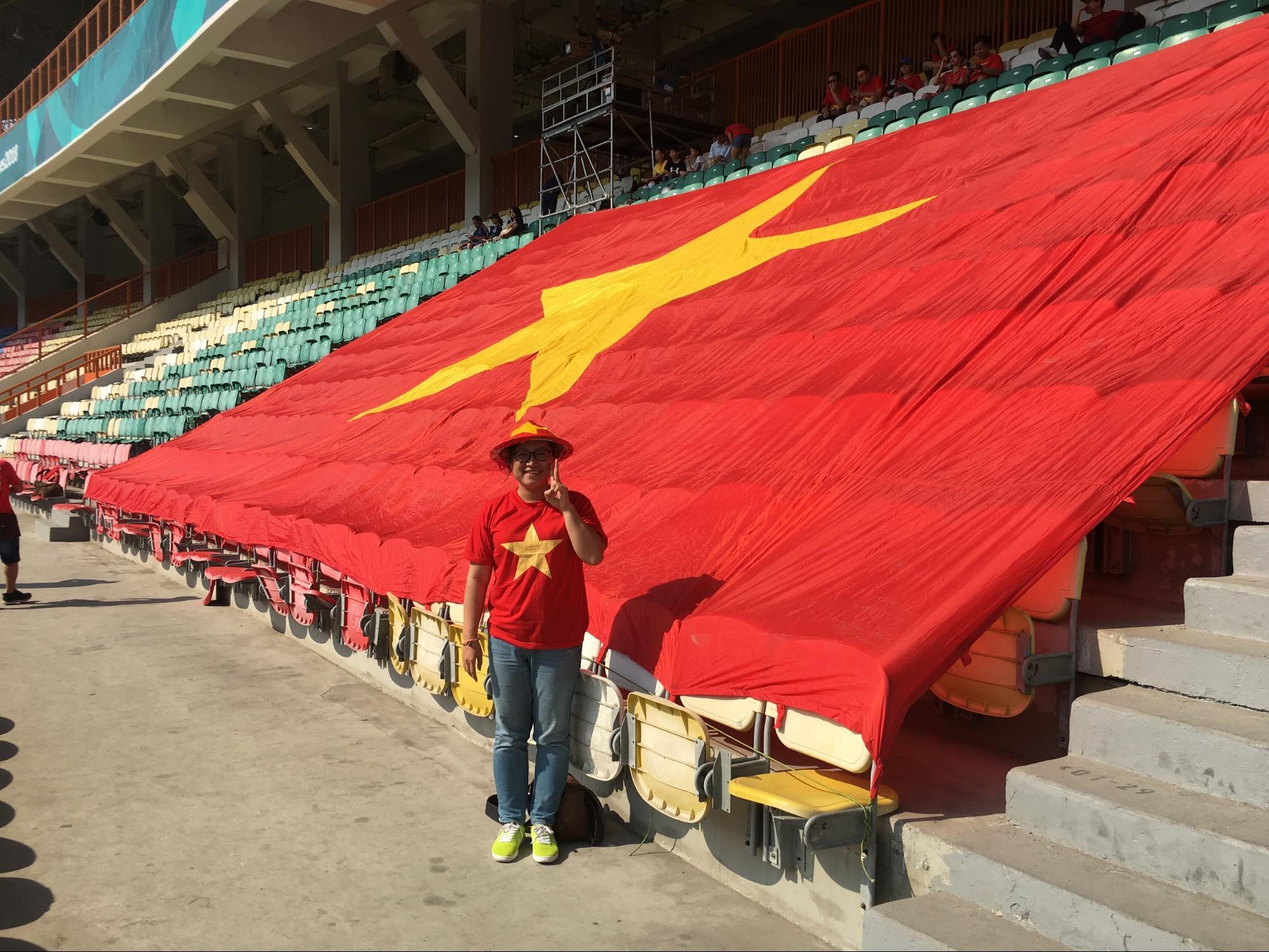 chụp hình cùng quốc kỳ việt nam ở jakarta