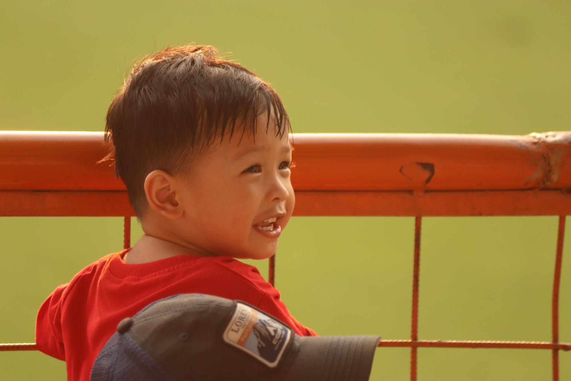 em bé ở sân bóng jakarta