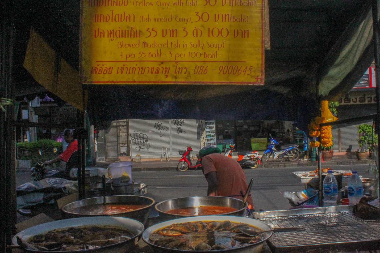 quầy bán đồ ăn tại khao san buổi sáng