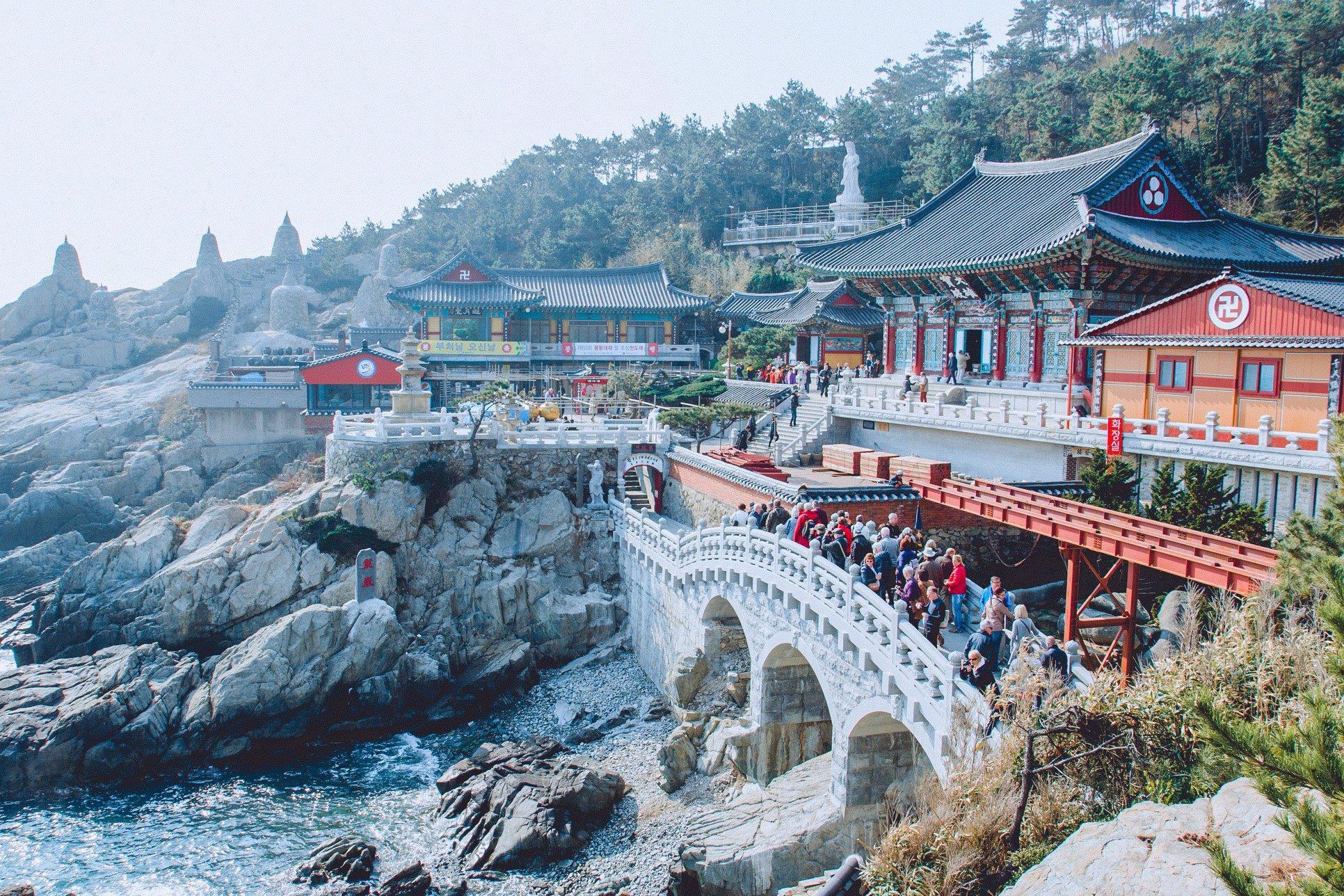chùa haedong yonggunsa bên vách đá