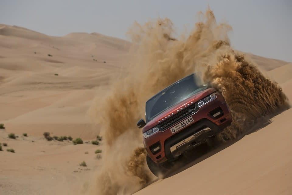 lái xe trên đụn cát