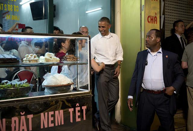 Obama leaving Bun Cha Huong Lien
