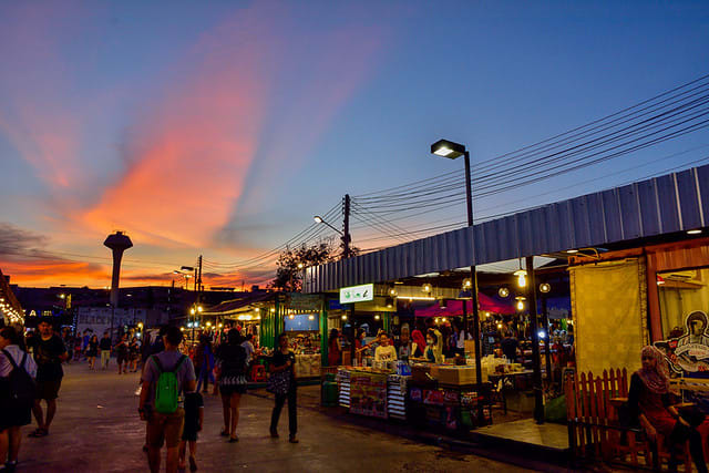 bangkok-BTS-guide-rot-fai-night-market