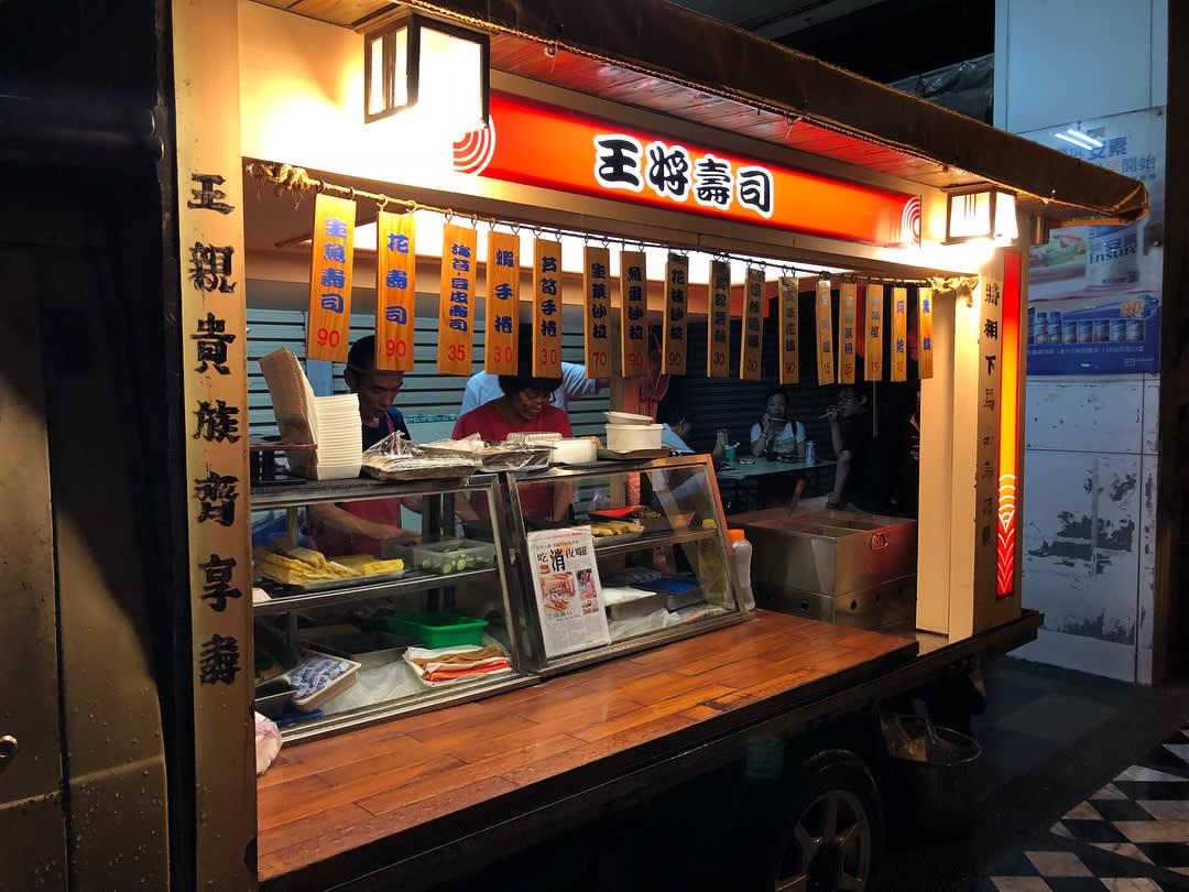 「王將壽司」的小發財車變身為日式屋台風格吧台。(圖片來源/Instagram-shereenjheng)