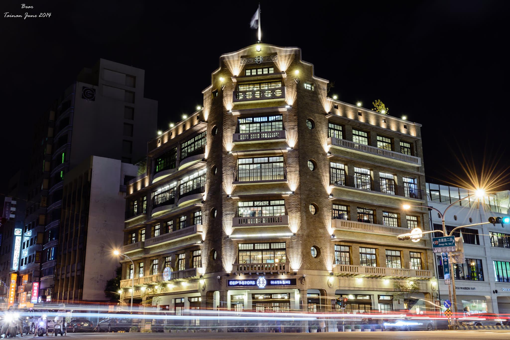 夜晚點亮燈光後,林百貨顯得格外迷人亮眼。(Flickr授權作者-大雄汪)
