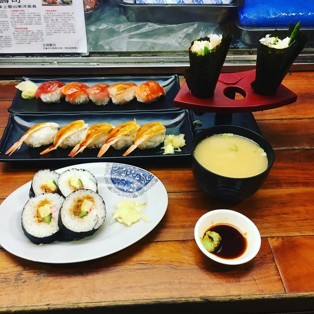 宵夜吃壽司和手卷,感覺清爽又美味。(圖片來源/Instagram-shereenjheng)