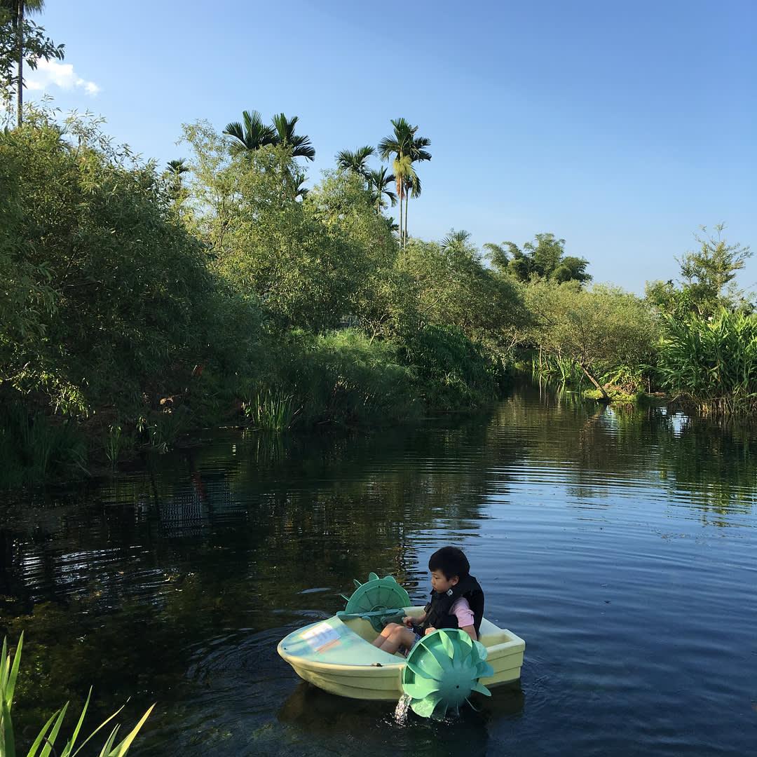 手搖艇遊湖。(圖片來源/Instagram-uju_chen5499)