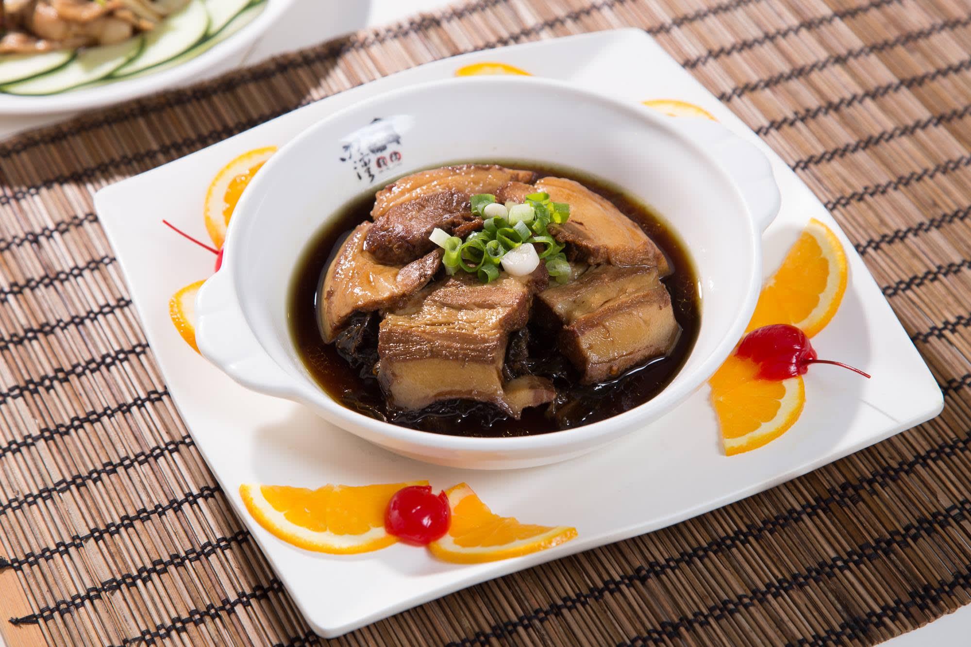 梅干扣肉。(圖片來源/內灣戲院人文客家菜館FB粉絲團)