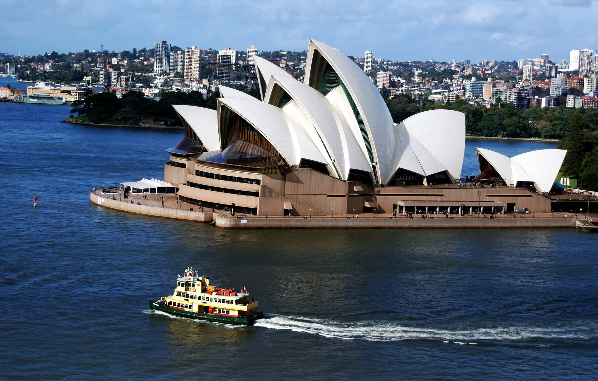 歌劇院獨特的揚帆造型,與周圍景色相映成趣。(Flickr授權作者-Bernard Spragg. NZ)