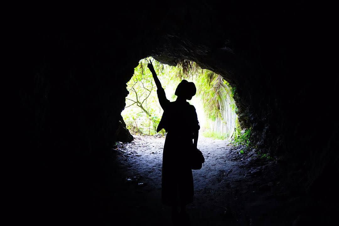 漆黑百年古隧道。(圖片來源/Instagram-liao_wanchun)