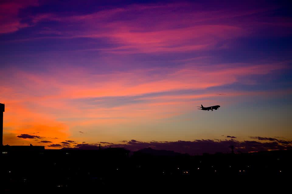 看 桃 園 機 場 的 飛 機 起 飛 ( 圖 片 來 源 :竹 圍 航 空 港 旋 轉 餐 廳 官 網 )