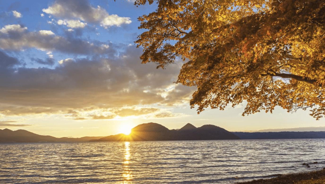 夕 陽 從 中 島 後 方 浸 入 湖 面