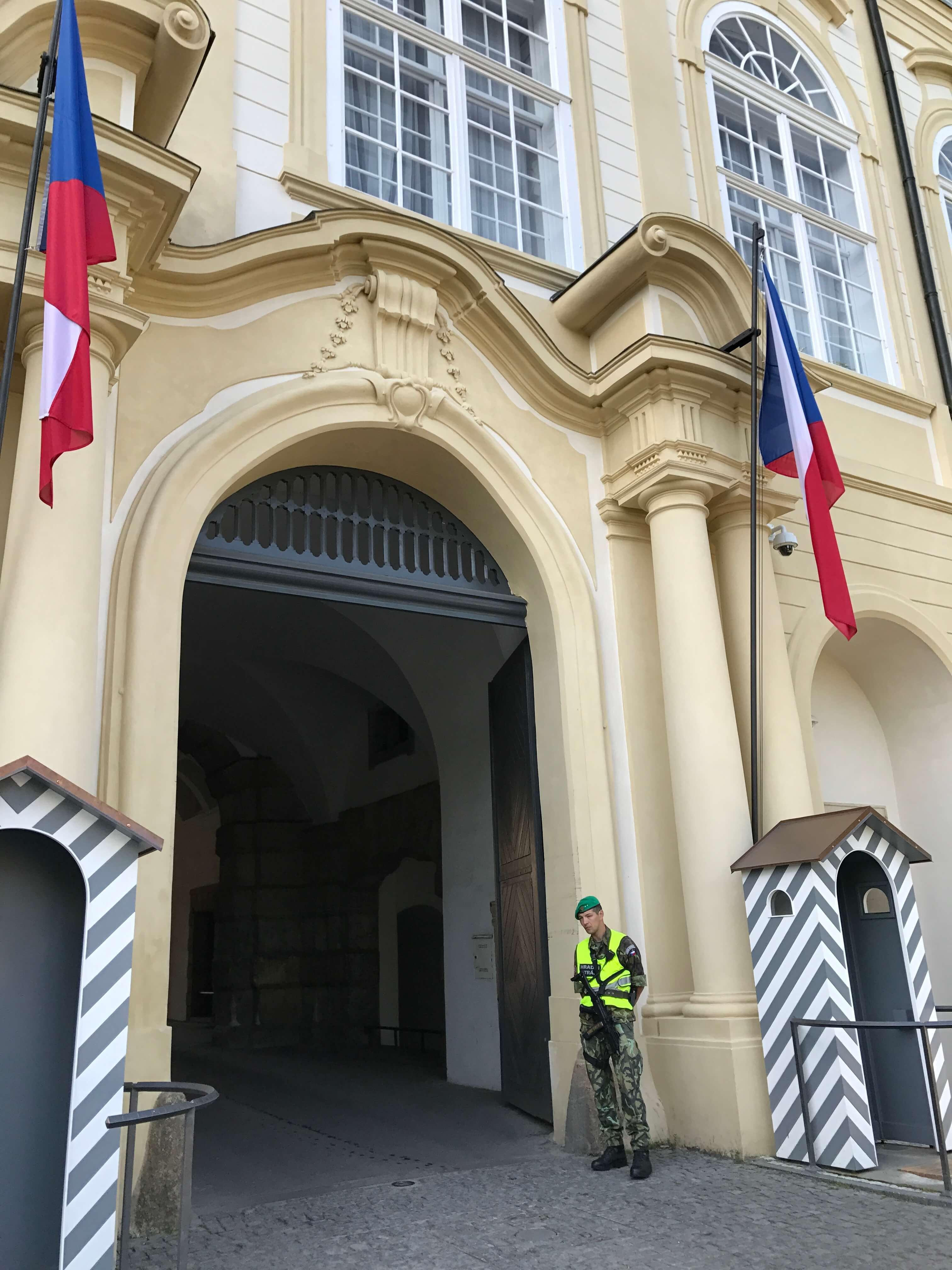 迫不及待從這個門入內欣賞壯麗的聖維特大教堂!Photographer / Penny