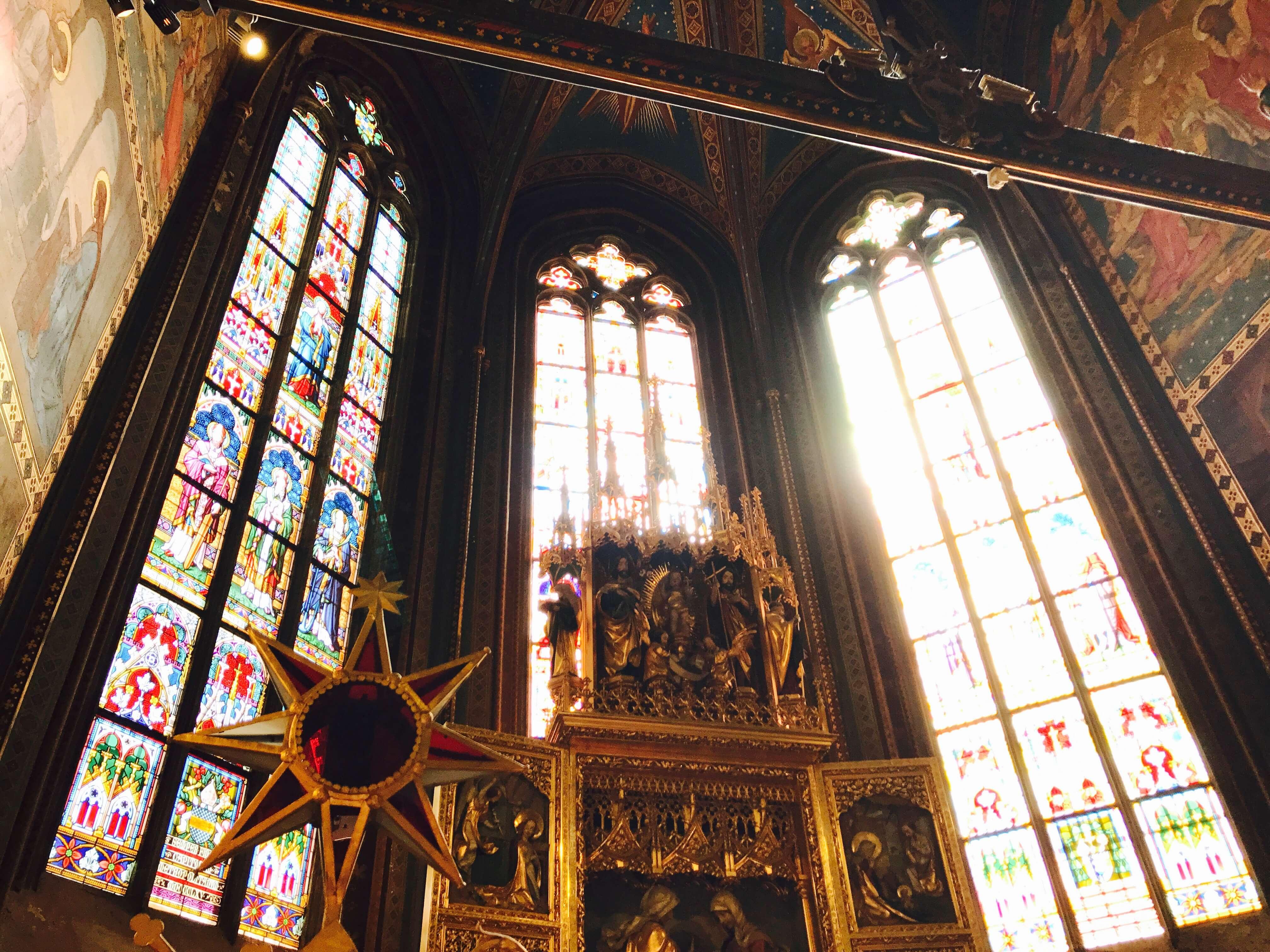 玻璃花窗是哥德式建築的特色,加上陽光的照射,讓教堂內部更加美麗!Photographer / Penny