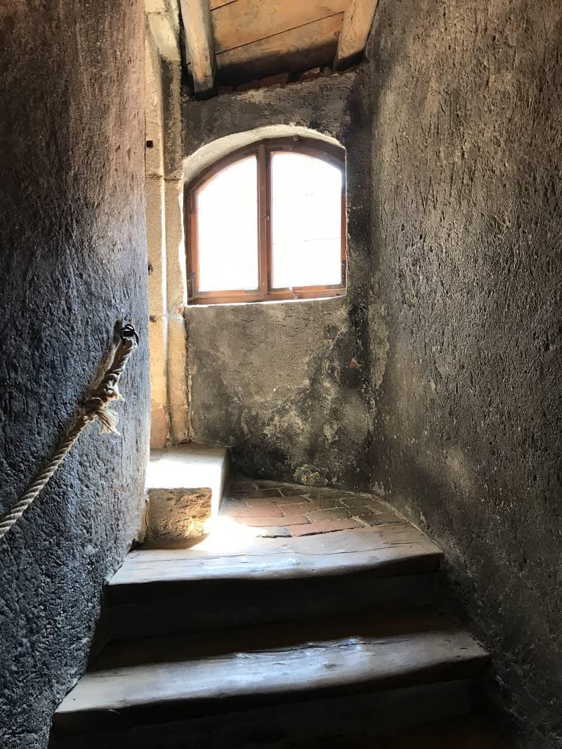 彩繪塔內樓梯小小的,像極了電影中的場景!