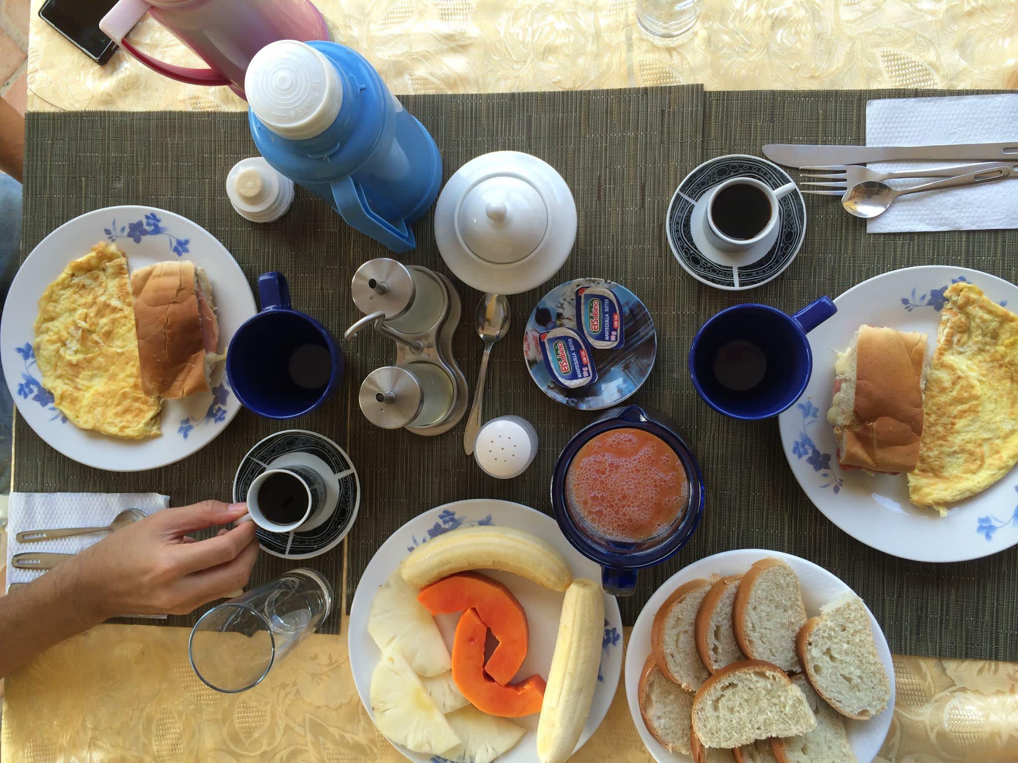 古 巴 民 宿 的 早 餐 , 家 家 戶 戶 都 一 樣 。 三 明 治 、 煎 蛋 、 咖 啡 、 麵 包 以 及 吃 不 完 的 水 果  ( 和 果 汁 ) 。