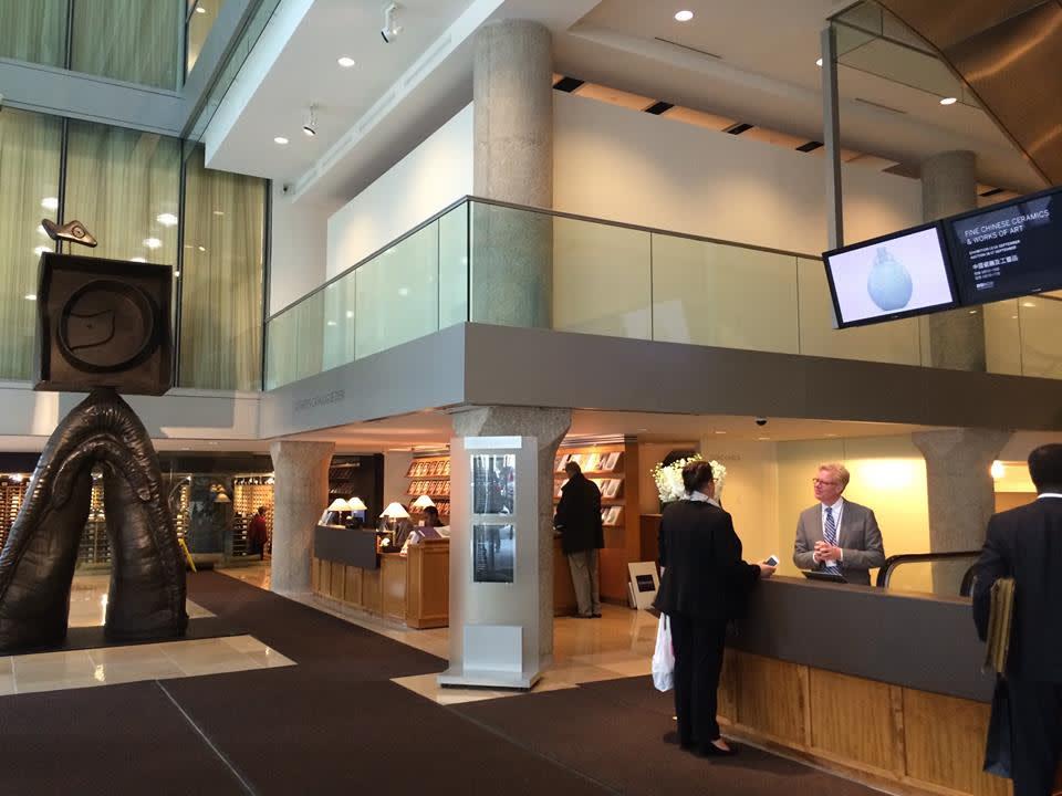蘇 富 比 大 樓  入 口 , 每 層 樓 展 示 不 同 種 類 拍 賣 品、  進 行 不 同 的  拍 賣 會 。