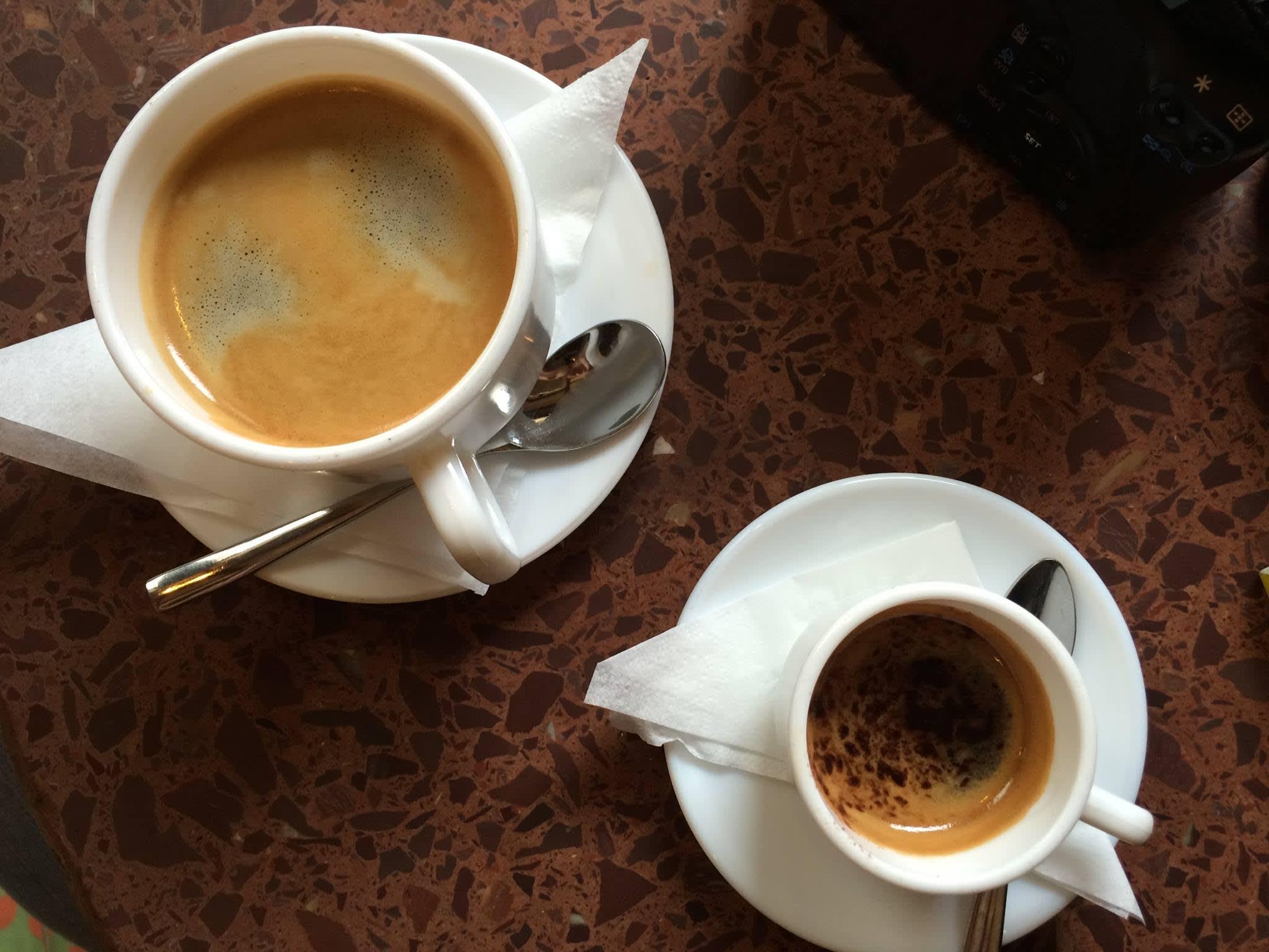古 巴 的 咖 啡 館 裡 有 更 多 選  擇 , 左 為 美 式 咖  啡(  但 比 一 般  在 台灣  或 美 國 喝 到 的 更 濃 ㄧ 些 ), 又 為 加 了 苦巧 克 力 的 espresso