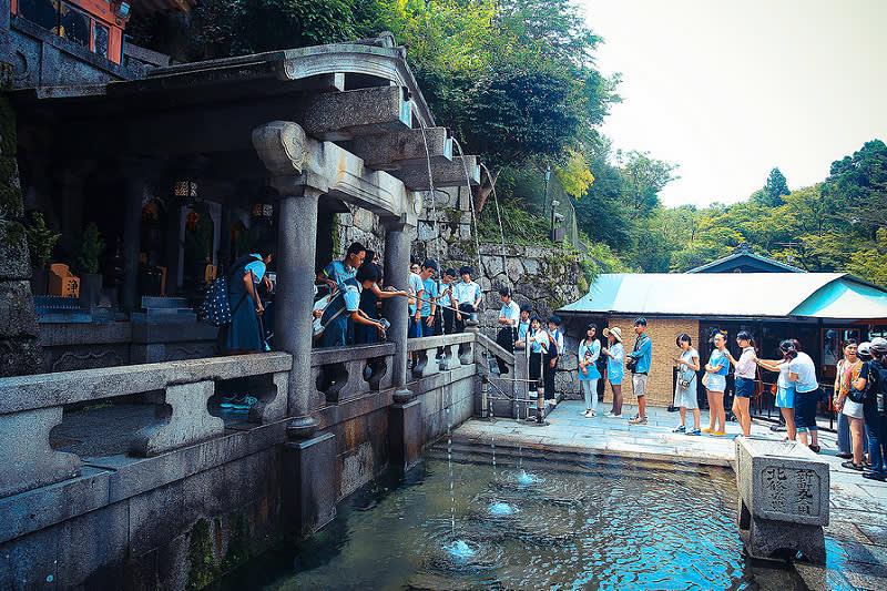 列 為 日 本 名 水 之 一 的 音 羽 瀑 布。