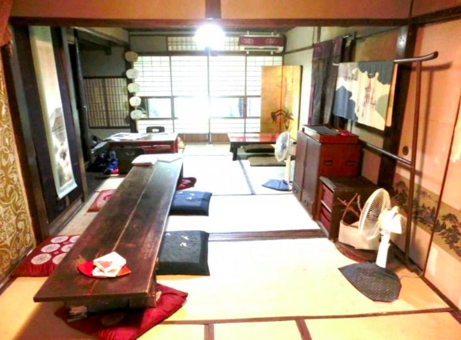 坐在榻榻米上享用日本手作巧克力|圖片來源:吳胖達