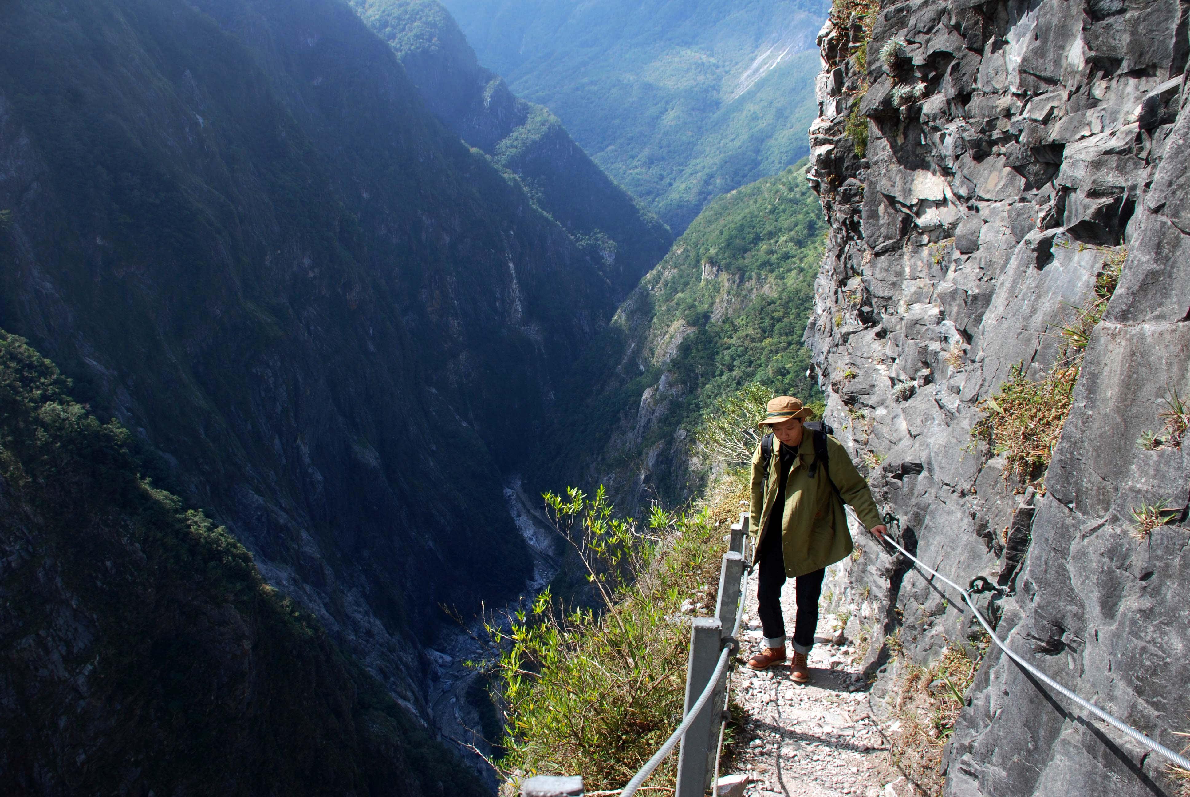 斷崖路段的路寬僅80 公分,一肩之隔就是萬丈深淵 (Photo / Ran)