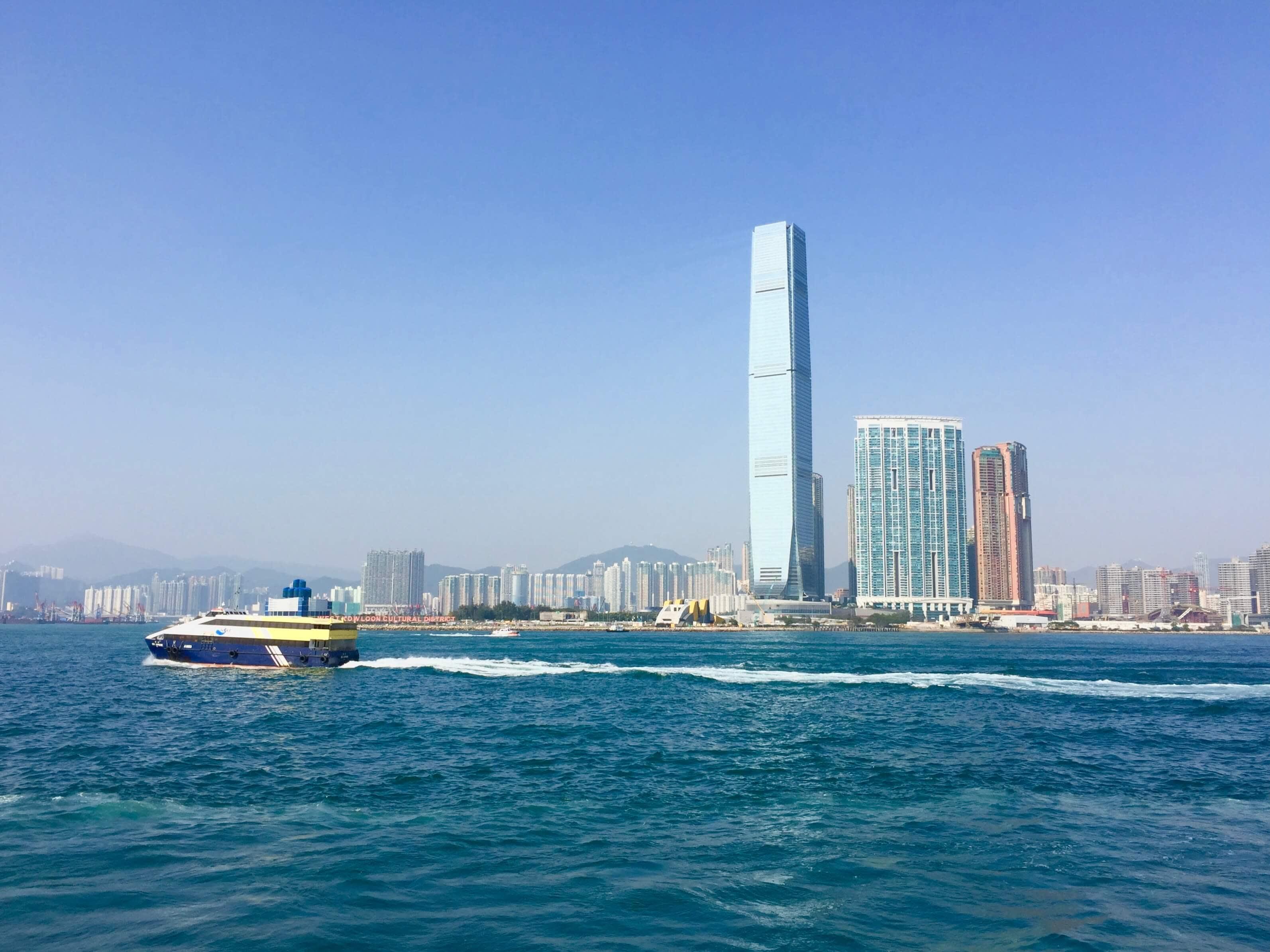 一 片 湛 藍 中 不 見 雲 的 蹤 跡 , 有 別 於 港 島 的 天 際 線 , 九 龍 給 了 天 空 更 大 的 空 間