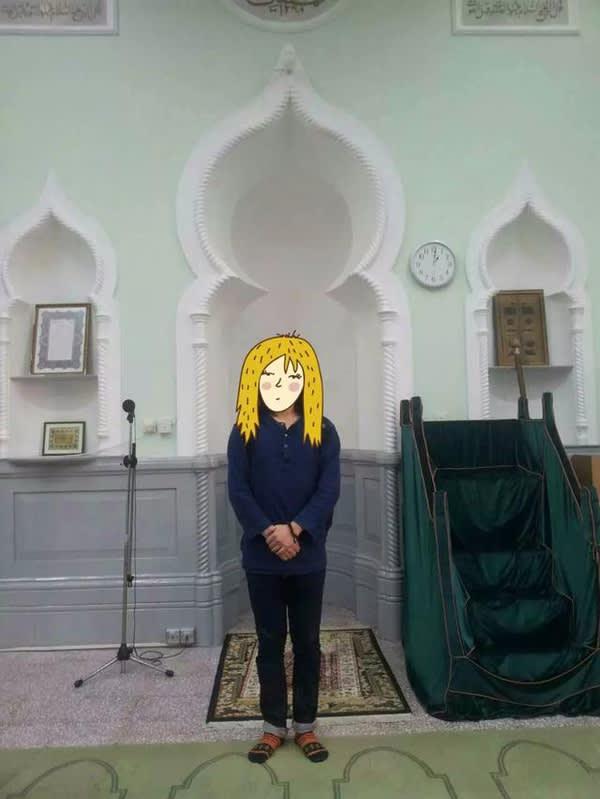 通 常 清 真 寺 禮 拜 大 殿 是 不 能 拍 照 的 , 請 不 要 學 我 。