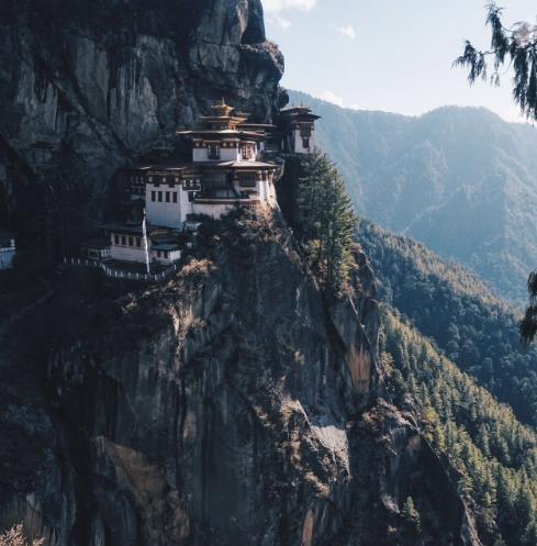 海 拔 3 1 0 0 公 尺 的 虎 穴 寺 , 景 色 壯 闊 。
