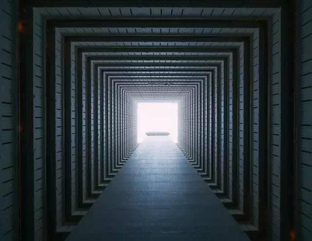 方 形 將 曙 光 框 架 著 , 抬 頭 , 追 著 光 《Chasing Light》