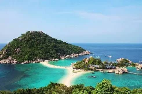 周 邊 也 有 許 多 美 麗 島 嶼 。