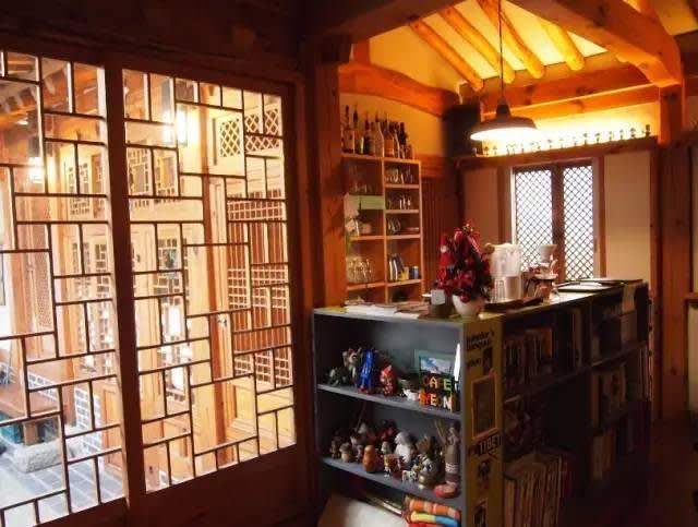 韓 式 民 宅 改 裝 的 咖 啡 店 。