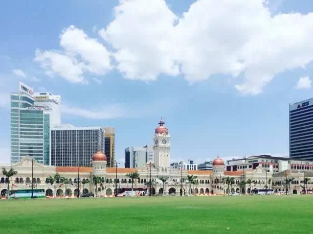 △ 獨 立 廣 場  坐 落 於 蘇 丹 阿 都 沙 末 大 廈 對 面 。