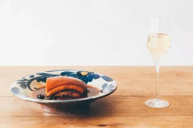 喝 香 檳 也 可 以 配 台 菜 。