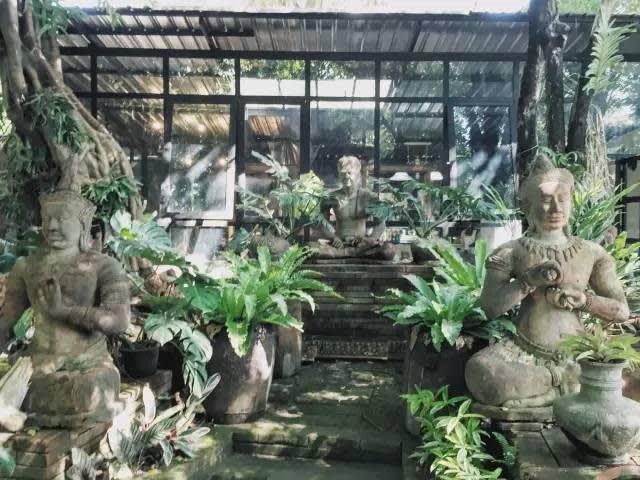 店 內 充 滿 了 許 多 佛 像 。