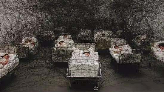 鹽 田 千 春 的《 在 沉 睡 间 》  2002年。