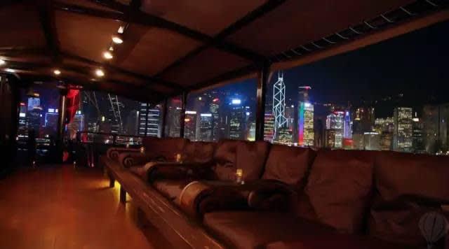 船 上 古 典 的 沙 發 、 配 上 一 杯 香 檳 , 沈 醉 在 五 光 十 色 中